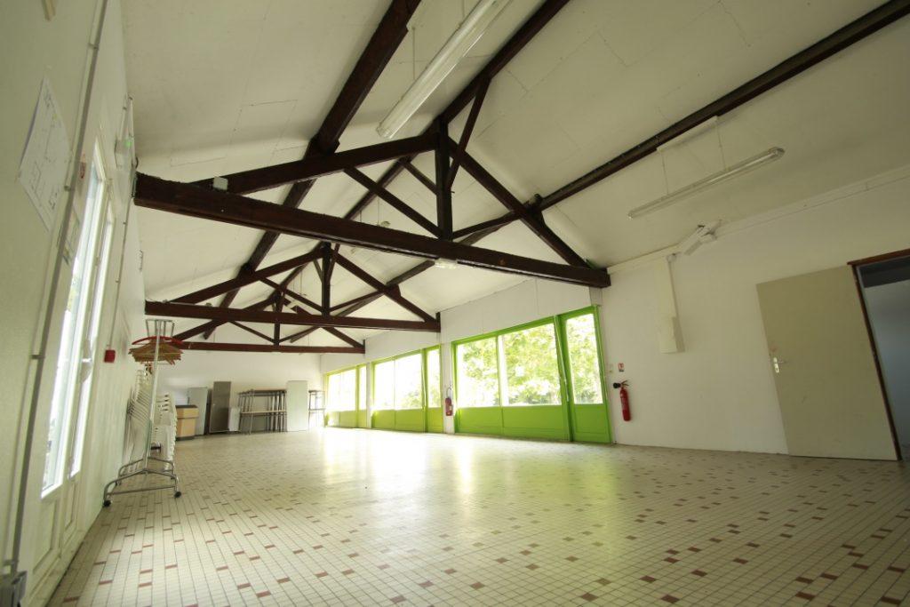 La salle de réception B du Clos de Soucelles, lumineuse et ouverte sur le parc arboré.